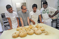 - Milano, Fondazione Societ&agrave; Umanitaria, La Casa del Pane 1921 cooperativa sociale, corso professionale per panettieri<br />