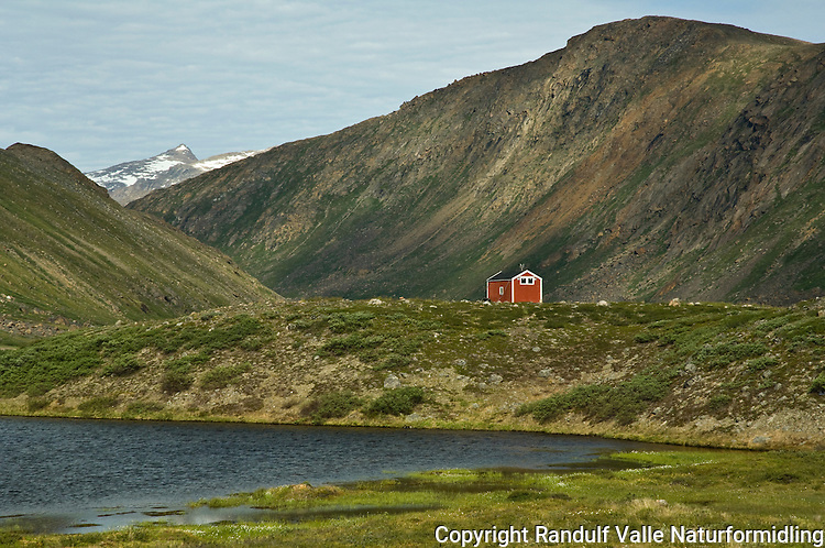Liten hytte i dal på Vest-Grønland ---- Small hut in West Greenland