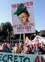 Manifestazione della CGIL contro il Jobs Act del governo, a Palazzo Chigi, Roma, 25 ottobre 2014.<br /> CGIL union demonstration against the government's Jobs Act labour reform, in Rome, 25 October 2014. The sign, depicting Italian Premier Matteo Renzi as Robin Hood, reads: 'Did you see this man? He steals from the poor to give rich'.<br /> UPDATE IMAGES PRESS/Riccardo De Luca