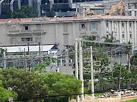 SÃO PAULO - SP -  02 DE DEZEMBRO 2012. DEMOLIÇÃO DASLU -  Com investimentos de R$ 715 milhões, o grupo WTorre continua a demolição do prédio da Villa Daslu, na Marginal Pinheiros, zona sul da capital paulista, neste domingo (02). O andar térreo será de restaurantes, os quatro andares da Daslu vão virar estacionamento suspenso e o prédio terá, nos fundos, um teatro importante de 1.300 lugares, segundo responsáveis pelo empreendimento.  FOTO: MAURICIO CAMARGO / BRAZIL PHOTO PRESS.