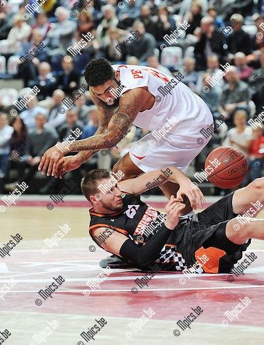 2014-12-02 / Basketbal / seizoen 2014-2015 / Antwer Giants - Le Mans / Ryan Pearson (Giants) met Michal Ignerski<br />