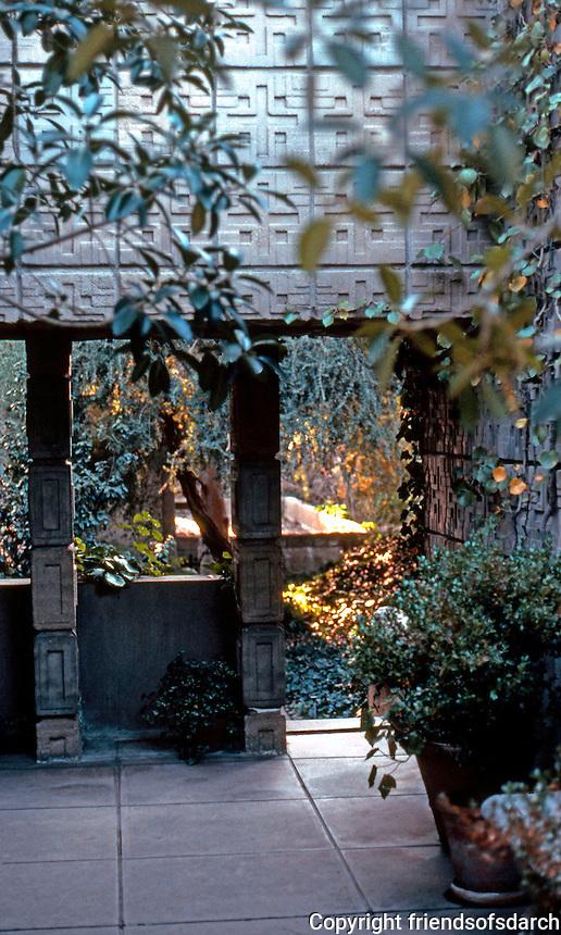 "F.L. Wright: ""La Miniatura"". Millard House, Pasadena 1923. (Photo '87)"