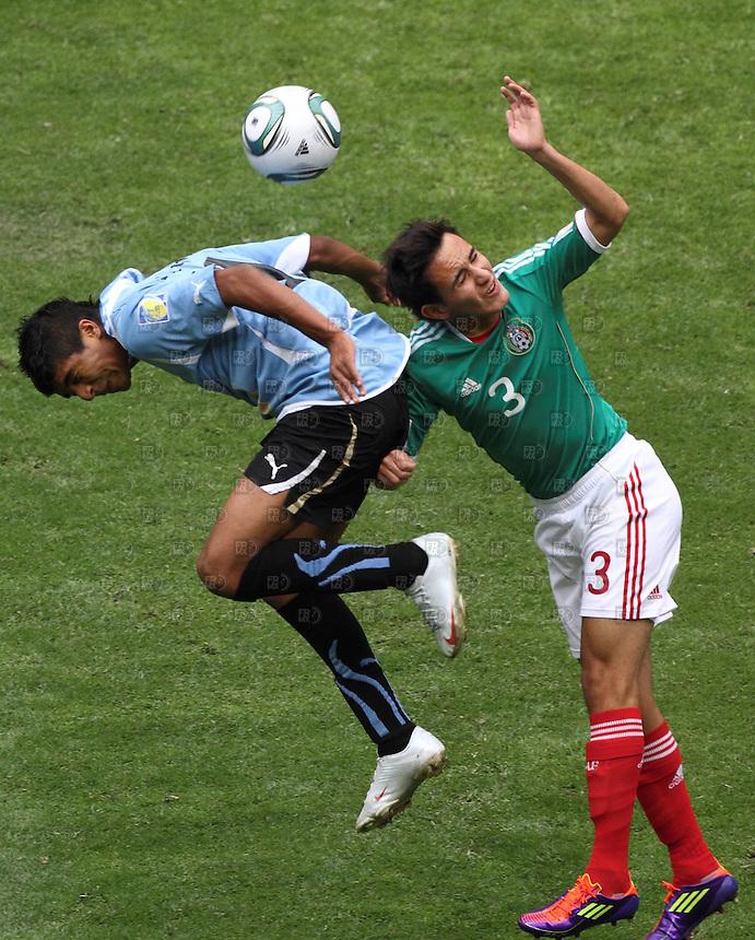 MDF10710. Acciones del juego durante el encuentro entre la selección de Uruguay y la selección de México, en la final del mundial Sub-17, en el estadio Azteca de la ciudad de México.  NOTIMEX/FOTO/ALEJANDRO MELENDEZ/AMO/SPO/