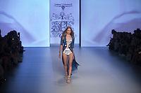 SAO PAULO, SP, 27.10.2016 - SPFW-CIRNANSCK - Modelo durante desfile da grife Samuel Cirnansck durante o São Paulo Fashion Week edição 42 no Parque do Ibirapuera zona Sul de São Paulo, nesta quinta-feira, 27. (Foto: Ciça Neder / Brazil Photo Press)