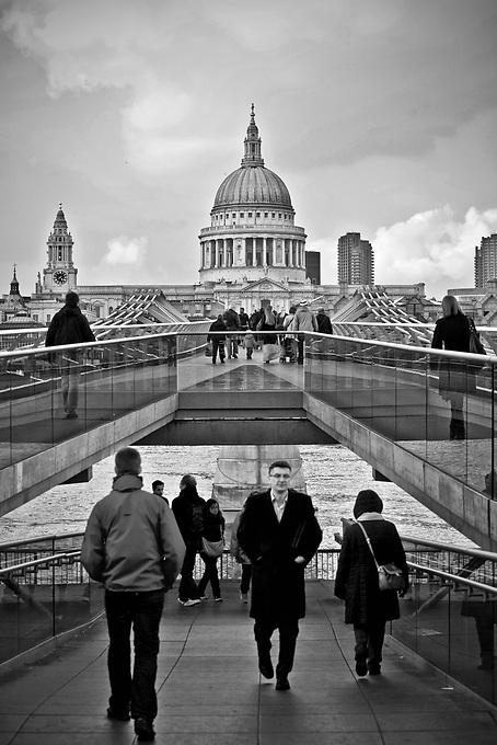 Londyn, 2009-03-05. Millenium Bridge, na drugim planie katedra św. Pawła