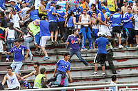 IBAGUE - COLOMBIA-26-05 -2013: Hinchas de Millonarios protagonizaron peleas entre  ellos mismos  antes del   partido contra Tolima  en el estadio Manuel   Murillo Toro  de la ciudad de Ibagué , mayo 26  de 2013. partido por la  fecha Diez y siete de la Liga Postobon I. (Foto: VizzorImage / Felipe Caicedo / Staff).  Millionaire Fans staged fights among themselves before the game against Tolima in the Manuel Murillo Toro stadium in Ibague, May 26, 2013. match the date of Seventeen League Europa League I..VizzorImage / Felipe Caicedo / Staff