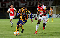 BOGOTÁ -COLOMBIA, 25-11-2015. Leyvin Balanta (Der) jugador del Independiente Santa Fe de Colombia d isputa el balón con Jorge Nunez (Izq) jugador del Sportivo Luqueño del Paraguay   durante partido por la semifinal F 1 de la Copa Sudamericana  2015 jugado en el estadio Nemesio Camacho El Campín de la ciudad de Bogotá./ Leyvin Balanta (R) player of Independiente Santa Fe of Colombia  fights for the ball with Jorge Nunez (L) player of  Sportivo Luqueno of Paraguay during the match for the Copa Sudamericana semifinal F 1- 2015 played at Nemesio Camacho El Campin stadium in Bogotá city. Photo: VizzorImage/ Felipe Caicedo  / Staff