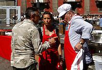 NAPOLI PIAZZA SAN DOMENICO MAGGIORE REGISTRAZIONE DI UNA PUNTATA DELLA TERZA SERIE DI MASTERCHEF ITALIA <br /> NELLA FOTO BRUNO BARBIERI CON I CONCORRENTI<br /> FOTO CIRO DE LUCA