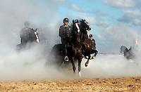 Oefening met paarden en rookbommen op het strand van Scheveningen