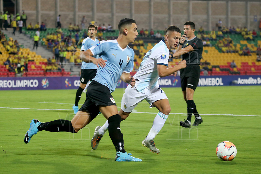 BUCARAMANGA – COLOMBIA, 03-02-2020: Agustin Urzi de Argentina disputa el balón con Jose Luis Rodriguez de Uruguay durante partido entre Argentina U-23 y Uruguay U-23 por el cuadrangular final como parte del torneo CONMEBOL Preolímpico Colombia 2020 jugado en el estadio Alfonso Lopez en Bucaramanga, Colombia. / Agustin Urzi of Argentina fights the ball with Jose Luis Rodriguez of Uruguay during the match between Argentina U-23 and Uruguay U-23 for for the final quadrangular as part of CONMEBOL Pre-Olympic Tournament Colombia 2020 played at Alfonso Lopez stadium in Bucaramanga, Colombia. Photo: VizzorImage / Julian Medina / Cont
