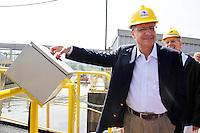 SAO PAULO, SP, 30 DE JANEIRO DE 2012 - VISTORIA OBRAS DESASSOREAMENTO DO RIO PINHEIROS - O governador Geraldo Alckmin (PSDB) durante vistoria às obras de desassoreamento do Rio Pinheiros que estão sendo realizadas pela EMAE (Empresa Metropolitana de Águas e Energia), ligada à Secretaria de Energia, no Cebolão/Eclusa na regiao sul da capital paulista. (FOTO: MILENE CARDOSO - NEWS FREE).