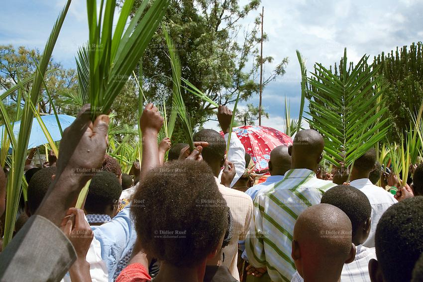 Rwanda. Western province. Kibuye.  Catholic church. Religious mass on Palm Sunday. The crowd is praying outside the church. © 2007 Didier Ruef