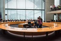 38. Sitzung des Unterausschusses des Verteidigungsausschusses des Deutschen Bundestag als 1. Untersuchungsausschuss am Donnerstag den 13. Februar 2020.<br /> In dem Untersuchungsausschuss soll auf Antrag der Fraktionen von FDP, Linkspartei und Buendnis 90/Die Gruenen der Umgang mit externer Beratung und Unterstuetzung im Geschaeftsbereich des Bundesministeriums fuer Verteidigung aufgeklaert werden. Anlass der Untersuchung sind Berichte des Bundesrechnungshofs ueber Rechts- und Regelverstoesse im Zusammenhang mit der Nutzung derartiger Leistungen.<br /> Einziger Tagesordnungspunkt war die Konstituierung des Unterausschusses als Untersuchungsausschuss.<br /> Als Zeugin war die ehemalige Verteidigungsministerin Ursula von der Leyen geladen. Die Zeugin weigerte sich in Anwesenheit von Foto- und TV-Journalisten den Sitzungssaal zu betreten. Die Journalisten mussten auf Anweisung des Ausschussvorsitzenden Hellmich den Saal verlassen.<br /> Im Bild: Fotojournalisten fotografieren den leeren Zeugenplatz.<br /> 13.2.2020, Berlin<br /> Copyright: Christian-Ditsch.de<br /> [NUR FUER REDAKTIONELLE ZWECKE! Werbung nur auf Anfrage beim Fotografen. Inhaltsveraendernde Manipulation des Fotos nur nach ausdruecklicher Genehmigung des Fotografen. Vereinbarungen ueber Abtretung von Persoenlichkeitsrechten/Model Release der abgebildeten Person/Personen liegen nicht vor. NO MODEL RELEASE! Don't publish without copyright Christian-Ditsch.de, Veroeffentlichung nur mit Fotografennennung, sowie gegen Honorar, MwSt. und Beleg. Konto: I N G - D i B a, IBAN DE58500105175400192269, BIC INGDDEFFXXX, Kontakt: post@christian-ditsch.de<br /> Bei der Bearbeitung der Dateiinformationen darf die Urheberkennzeichnung in den EXIF- und  IPTC-Daten nicht entfernt werden, diese sind in digitalen Medien nach §95c UrhG rechtlich geschuetzt. Der Urhebervermerk wird gemaess §13 UrhG verlangt.]