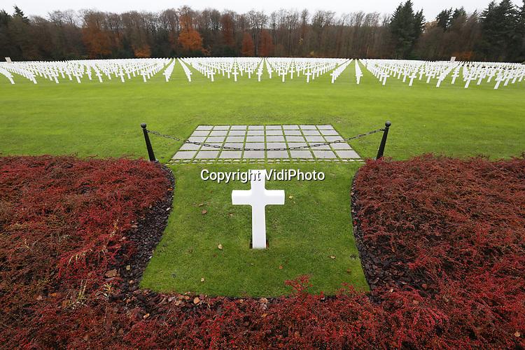 Foto: VidiPhoto<br /> <br /> BASTOGNE - Niet Adolf Hitler was de uitvinder van de Blitzkrieg, maar de Amerikaanse generaal George S. Patton. Dat is de overtuiging van zijn kleindochter, de 57-jarige Helen Patton. De redder van Bastogne was niet alleen de meest succesvolle geallieerde commandant tijdens de Tweede Wereldoorlog, maar ook de meest gevreesde. Foto: Het eenvoudige graf van de strateeg generaal George S. Patton op de Amerikaanse begraafgplaats in Hamm, Luxemburg, aan het hoofd van zijn troepen.