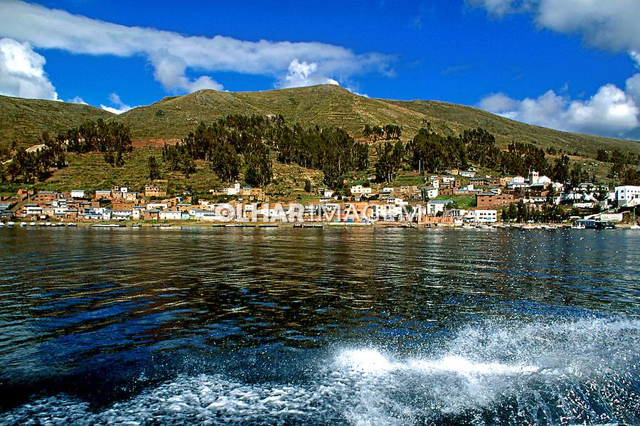 Cidade de Copacabana no Lago Titicaca. Bolivia. 1998. Foto de Juca Martins