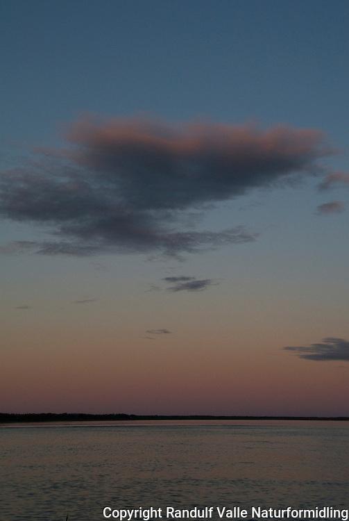 Solnedgang over Store Slavesjø. ---- Sunset over Great Slave Lake.