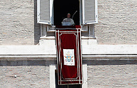 Papa Francesco si affaccia dalla finestra del suo studio in piazza San Pietro per recitare l'Angelus domenicale. Città del Vaticano, 25 giugno 2017.<br /> Pope Francis arrives to recite his Sunday Angelus noon prayer from the window of his studio overlooking St.Peter's Square, at the Vatican, on June 25, 2017.<br /> UPDATE IMAGES PRESS/Isabella Bonotto<br /> <br /> STRICTLY ONLY FOR EDITORIAL USE