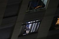 SÃO PAULO, SP, 17.03.2020 - PROTESTO-SP - Moradores do Bairro da Consolação, na região central de São Paulo, fazem panelaço pedindo Fora Bolsonaro, na noite desta terça-feira, 17. (Foto Charles Sholl/Brazil Photo Press/Folhapress)