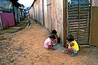 Crianças brincando na favela de Heliópolis, São Paulo. 1994. Foto de Juca Martins..