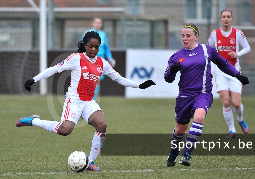 Beerschot Dames - AJAX Amsterdam Dames : Liza van der Most aan de bal voor Lucinda Michez.foto JOKE VUYLSTEKE / Vrouwenteam.be