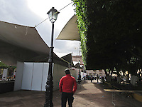 Querétaro, Qro. 9 de marzo 2016.  Debido a los fuertes vientos registrados esta mañana en la ciudad, el techo del restaurant bar Dikatur se voló y cayó sobre uno de los árboles del Jardín Guerrero.  Al mismo tiempo, la Feria del Empleo se estaba celebrando en la explanada de dicho jardín, por lo que luego del incidente, por precaución,  se desalojó  a la gente y se suspendió el evento. Asimismo, elementos de la Policía Municipal impidieron el tránsito de los vehículos sobre Guerrero a partir de la calle Balvanera. Foto: Alejandra L. Beltrán / Obture Press Agency