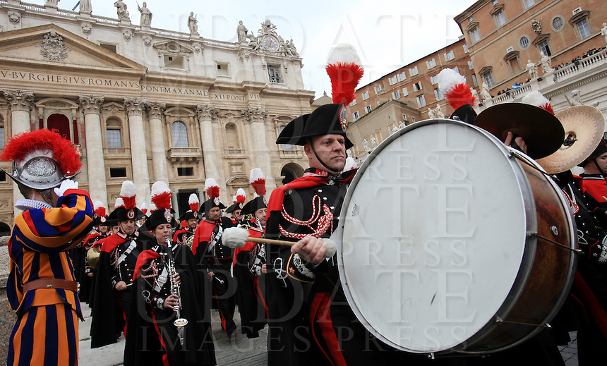 "La banda dei Carabinieri si esibisce prima della Benedizione Urbi et Orbi di Papa Francesco in occasione del Natale, dalla loggia centrale della Basilica di San Pietro, Citta' del Vaticano, 25 dicembre 2013.<br /> Carabinieri band perform prior to Pope Francis' ""Urbi et Orbi"" (""to the City and to the World)"" blessing on the occasion of the Christmas day from the central loggia of St. Peter's Basilica, Vatican, 25 December 2013.<br /> UPDATE IMAGES PRESS/Isabella Bonotto"