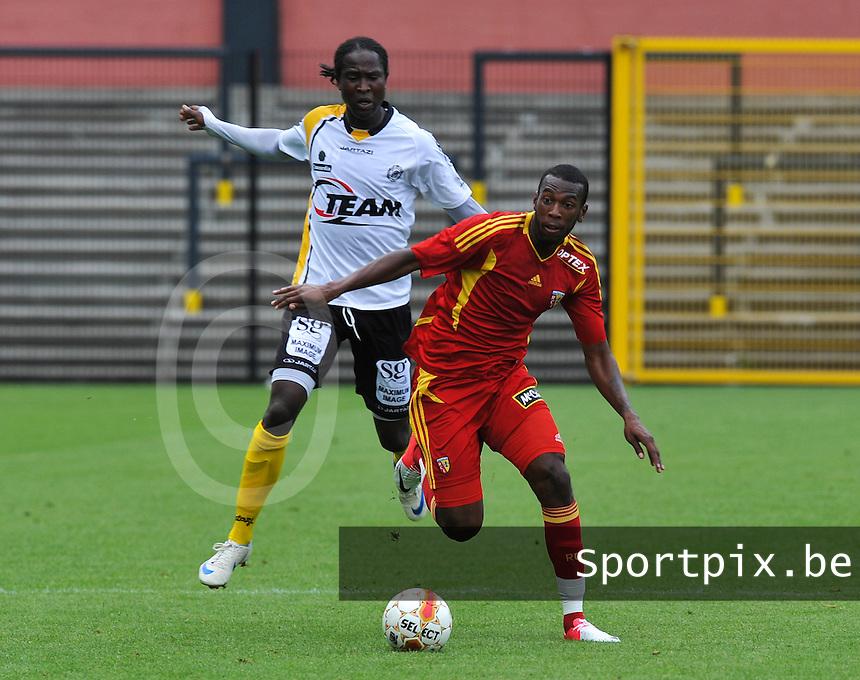 Racing Club De Lens - RC Lens : Alassane Toure aan de bal voor Baye Djiby Fall van Lokeren.foto DAVID CATRY / VDB