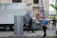Milano, Sgombero della palazzina occupata in Ripa di Porta Ticinese 83, alcuni operai del comune scaricano l'occorrente per lastrare gli ingressi delle abitazioni