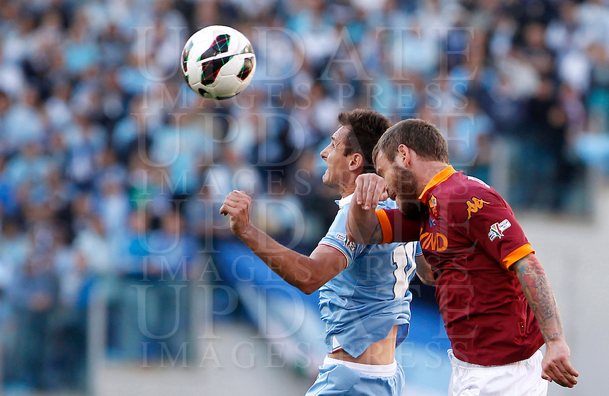Calcio, finale di Coppa Italia: Roma vs Lazio. Roma, stadio Olimpico, 26 maggio 2013..Lazio forward Miroslav Klose, of Germany, and AS Roma midfielder Daniele De Rossi, right, jump for the ball during the Italian Cup football final match between AS Roma and Lazio at Rome's Olympic stadium, 26 May 2013..UPDATE IMAGES PRESS/Isabella Bonotto....