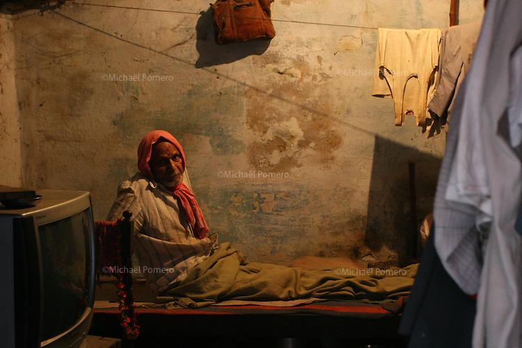 25.10.2006 Varanasi(Uttar Pradesh)<br /> <br /> Man on his bed .<br /> <br /> Homme sur son lit.