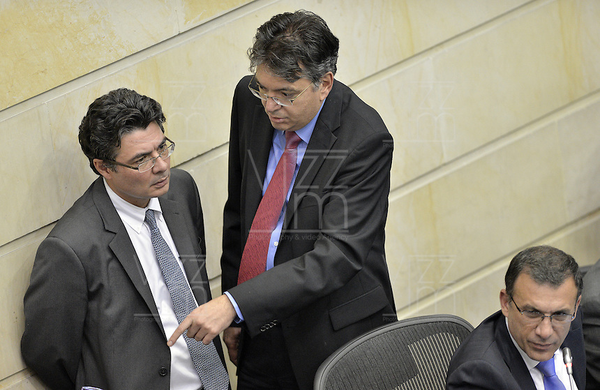 BOGOTÁ -COLOMBIA. 17-06-2013. Alejandro Gaviria (I) ministro de salud de Colombia y Mauricio Cárdenas (D) ministro de hacienda de Colombia durante discusión de la reforma a la ley de salud en la plenaria del Senado de la República de Colombia hoy en Bogotá, Colombia./  Alejandro Gaviria (L) health minister of Colombia and Mauricio Cárdenas (R) finance minister of Colombia during discussion over healt law reform at plenary in the Senate of Republic of Colombia today in Bogota, Colombia. Photo: VizzorImage / Str