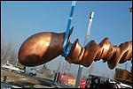 Lavori di installazione della scultura di Tony Cragg 'Punti di vista' nella Piazza Olimpica di Torino. Gennaio 2006.