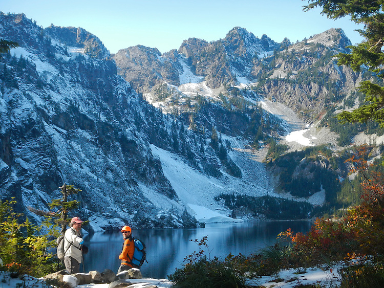 Hikers, Cascade Mountains, Snow Lake Trail, Snow Lake, Chair Peak, Alpine Lakes Wilderness Area, Mount Baker-Snoqualmie National Forest, Washington State, Pacific Northwest, model released, David Lotz, Gary Parker,