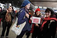 """Roma, 28 Ottobre 2010.Stazione Termini.Flash mob di donne contro la campagna di Trenitalia su """"l'offerta shocking"""" che prevede il viaggio gratuito sul treno freccia rosa solo se accompagnate da un uomo..Rome, October 28, 2010.Stazione Termini.Flash mob of women from Trenitalia's campaign on """"the offer shocking"""" that provides free travel on the train pink arrow only if accompanied by a man."""