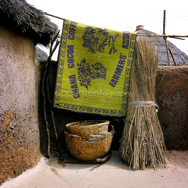 During the rainy season, women collect millet and maize for the farmers, and in return they receive a few Ghanaian pesewas. In the dry season, they collect firewood from the bush, which they then sell on. Theses 2 activities will become soon Aleeg's new life.