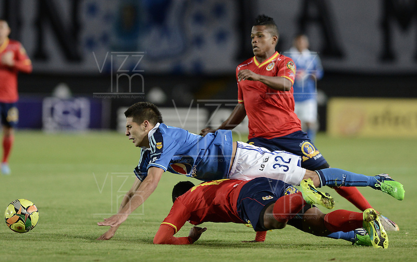 BOGOTÁ -COLOMBIA, 02-11-2014. Jonathan Agudelo (Izq) jugador de Millonarios disputa el balón con James Enrique Castro (abajo) jugador de Uniautónoma durante partido por la fecha 16 de la Liga Postobón II 2014 jugado en el estadio Nemesio Camacho el Campín de la ciudad de Bogotá./ Jonathan Agudelo  (L) player of Millonarios fights for the ball with James Enrique Castro (down) player of Uniautonoma during the match for the 17th date of the Postobon League II 2014 played at Nemesio Camacho El Campin stadium in Bogotá city. Photo: VizzorImage/ Gabriel Aponte / Staff