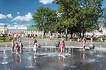 Suwałki, (woj. podlaskie) 09.07.2014. Fontanna na Placu im. Marii Konopnickiej w centrum Suwałk