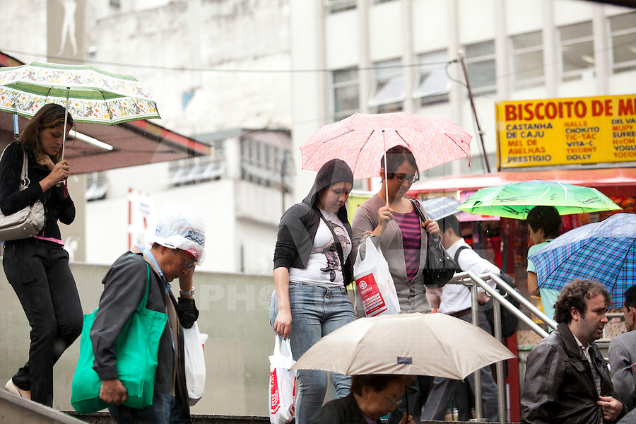 SAO PAULO, SP, 10 DE JANEIRO DE 2012 - CLIMA TEMPO - Capital tem dia chuvoso, segundo o Centro de Gerenciamento de Emergencia - CGE - esta terca-feira (10) ter céu encoberto, e chuva leve à moderada em toda a Capital. Foto: Ricardo Lou - News Freee