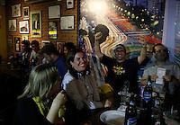 S&Atilde;O PAULO,SP,27 JUNHO 2012 - BOCA JUNIORS x CORINTHIANS TORCIDA<br /> Torcedores do Boca Juniors  aguarda  para assistir ao jogo entre Boca Juniors x Corinthians no bar Moocaires na Mooca zona leste.FOTO ALE VIANNA/BRAZIL PHOTO PRESS