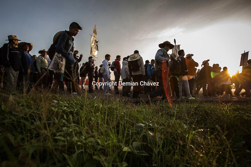 Quer&eacute;taro, Quer&eacute;taro 17 de julio de 2016.- Seis peregrinos entre ellos dos menores de edad murieron despu&eacute;s de que un veh&iacute;culo embistiera a un grupo de romeros que se dirig&iacute;an al inicio de la peregrinaci&oacute;n n&uacute;mero 126 que camina a la Ciudad de M&eacute;xico para rendir el fervor correspondiente a la virgen de Guadalupe en la bas&iacute;lica del mismo nombre; de acuerdo a la tradici&oacute;n religiosa cat&oacute;lica de Quer&eacute;taro.<br /> <br /> De acuerdo un comunicado oficial adem&aacute;s de los seis fallecidos hay 17 personas heridas que han sido llevadas a diferentes hospitales de la capital queretana.<br /> <br /> Al deredor de las cuatro de la ma&ntilde;ana de este domingo, un grupo de peregrinos fue embestido por un conductor presuntamente en estado de ebriedad que logr&oacute; darse a la fuga.<br /> <br /> La fiscal&iacute;a anunci&oacute; que tiene datos del presunto delincuente para hacer su arresto.<br /> <br /> La misa celebrada en el primer descanso de los peregrinos fue dedicada a quienes fueron v&iacute;ctimas del tremendo Y desafortunado accidente.<br /> <br /> Foto: Demian Ch&aacute;vez.