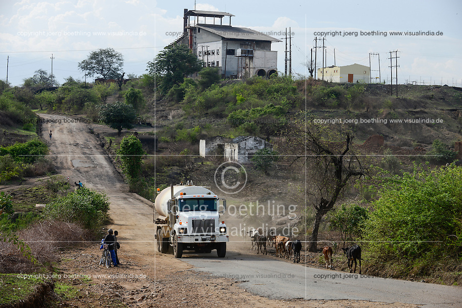 MOZAMBIQUE, Moatize, road to VALE coal mine behind old transformator building from Carbomoc which was built by GDR as solidarity project in 1985 / MOSAMBIK, Moatize, altes Trafo Gebaeude der staatlichen Kohlemine CARBOMOC, 1985 gebaut mit DDR Hilfe, Strasse zur heutigen VALE Kohlemine