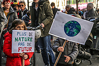 Manifestazione per il clima Bambini con cartelli a favore di interventi per il clima