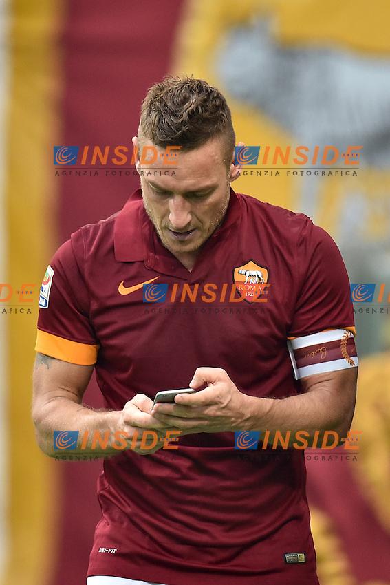 Francesco Totti check his smartphone before the selfie. Francesco Totti con il telefonino prima del selfie <br /> Roma 11-01-2015 Stadio Olimpico, Football Calcio Serie A AS Roma - Lazio . Foto Andrea Staccioli / Insidefoto