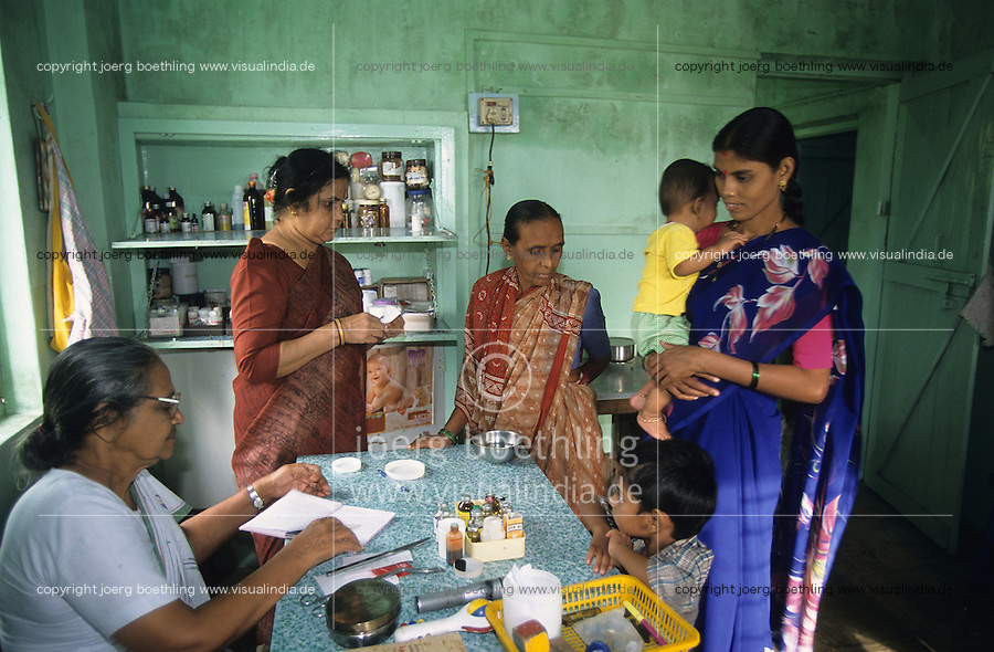 INDIEN Thane, Krankenstation in einem Dorf fuer Versorgung von Frauen und Kinder , kostenlose Behandlung und Verteilung von Medikamenten / INDIA Thane, village health center for women and children , free drug distribution and treatment