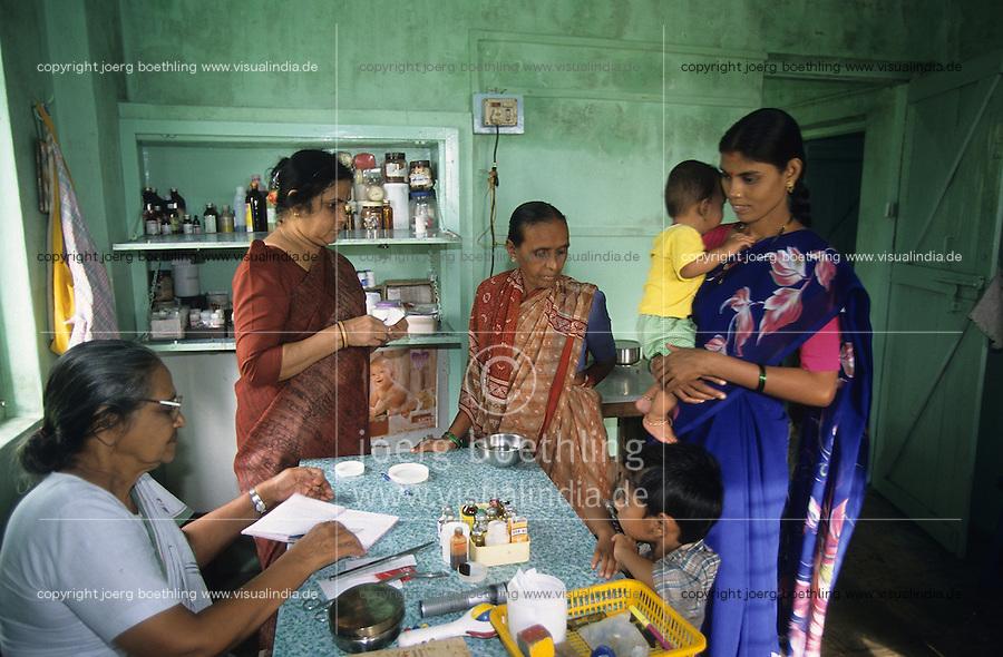 INDIEN Thane, Krankenstation in einem Dorf fuer Versorgung von Frauen und Kinder , kostenlose Behandlung und Verteilung von Medikamenten / INDIA Thane, village health center for women and children , free drug distribution and treatment