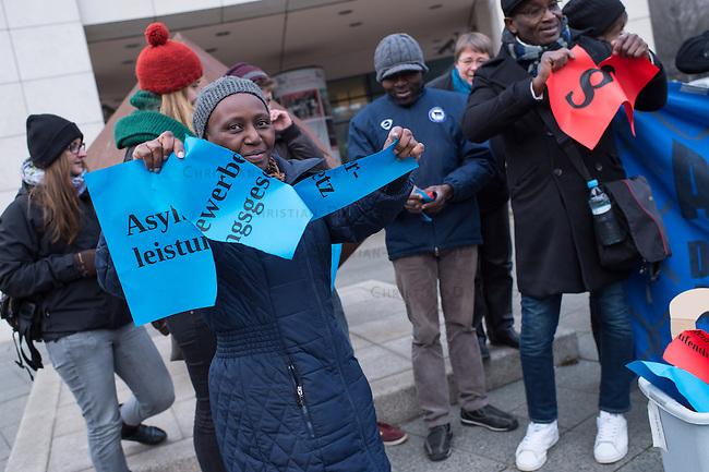 Am Dienstag den 3. Dezember 2014 protestierten Mitglieder antirassistischer Gruppen vor der SPD-Zentrale in Berlin gegen die vom Bundeskabinett geplante Verschaerfung des Aufenthaltsrechts fuer Fluechtlinge. Sie warfen Paragraphenzeichen und Zettel mit Aufschriften wie Asylbewerberleistungsgesetz symbolisch in eine Muelltonne.<br /> 3.12.2014, Berlin<br /> Copyright: Christian-Ditsch.de<br /> [Inhaltsveraendernde Manipulation des Fotos nur nach ausdruecklicher Genehmigung des Fotografen. Vereinbarungen ueber Abtretung von Persoenlichkeitsrechten/Model Release der abgebildeten Person/Personen liegen nicht vor. NO MODEL RELEASE! Nur fuer Redaktionelle Zwecke. Don't publish without copyright Christian-Ditsch.de, Veroeffentlichung nur mit Fotografennennung, sowie gegen Honorar, MwSt. und Beleg. Konto: I N G - D i B a, IBAN DE58500105175400192269, BIC INGDDEFFXXX, Kontakt: post@christian-ditsch.de<br /> Bei der Bearbeitung der Dateiinformationen darf die Urheberkennzeichnung in den EXIF- und  IPTC-Daten nicht entfernt werden, diese sind in digitalen Medien nach &sect;95c UrhG rechtlich geschuetzt. Der Urhebervermerk wird gemaess &sect;13 UrhG verlangt.]