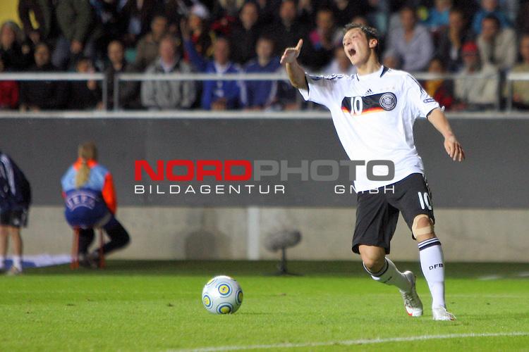 UEFA U21 Europameisterschaft / EM Europeen Championship Under 21 2009 Schweden / Sweden - GŲteborg / Gothenborg 15.06.2009 Group B - Matchday 1 Gamla Ullevi Stadion<br /> <br /> Match 2: Spanien / Spain (ESP) vs. Deutschland / Germany (GER) 0:0 (0:0)<br /> <br /> Mesut &divide;zil (Deutsche U21 Nationalmannschaft Oezil Werder Bremen #10) beschwert sich beim Linienrichter Łber eine Abseitsentscheidung.<br /> <br /> Foto &copy; nph ( nordphoto ) *** Local Caption *** Fotos sind ohne vorherigen schriftliche Zustimmung ausschliesslich fŁr redaktionelle Publikationszwecke zu verwenden. Auf Anfrage in hoeherer Qualitaet/Aufloesung *** Local Caption *** <br /> Fotos sind ohne vorherigen schriftliche Zustimmung ausschliesslich fŁr redaktionelle Publikationszwecke zu verwenden.<br /> <br /> Auf Anfrage in hoeherer Qualitaet/Aufloesung