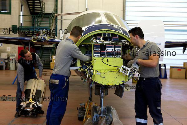12 gennaio 2012, ore 12,44,Genova Sestri, Piaggio Aero<br /> collaudatori del Service Center e manutenzione,  del velivolo P. 180 Avanti II