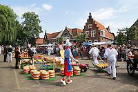Nederland Edam 2015 07 22 . Kaasmeisje loopt op de Kaasmarkt in Edam