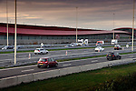 UTRECHT - Op de snelweg A2 bij Leidsche Rijn ligt achter de futuristisch ontworpen geluidsmuur The Wall de breedste snelweg van Nederland, de A2 waarop verkeer in hoofd- en parallelbanen gescheiden kan doorrijden over brede wegen met een maximum snelheid van 100 km/uur. COPYRIGHT TON BORSBOOM